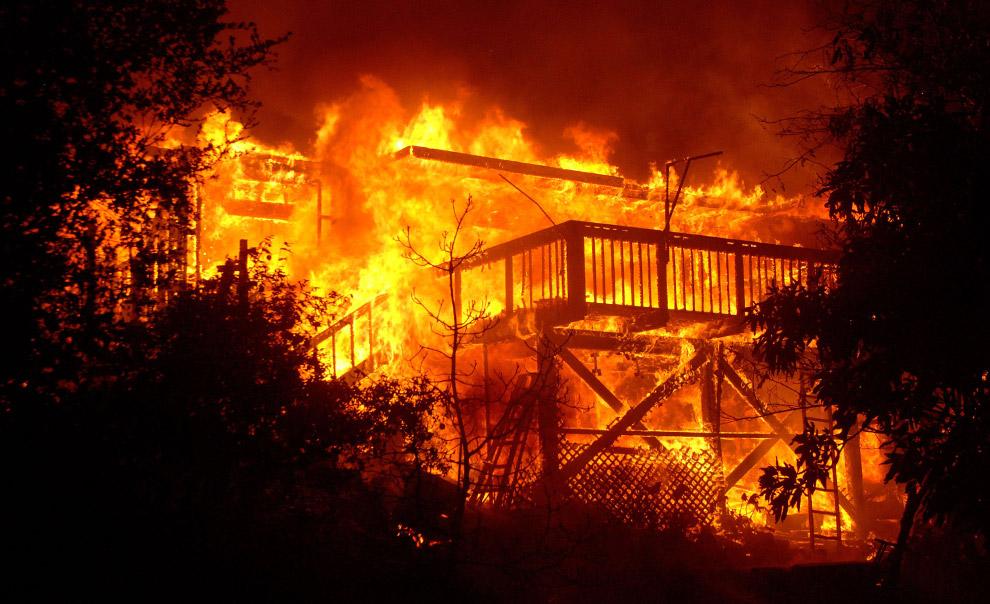 美国西部加利福尼亚州山火持续肆虐